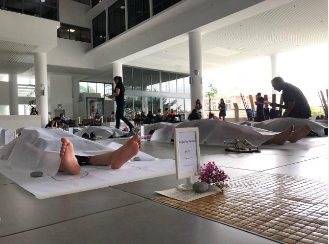 Trường đại học Singapore cho sinh viên giả vờ nằm đắp chiếu ra đi chân lạnh toát để trải nghiệm cái chết - Ảnh 2.