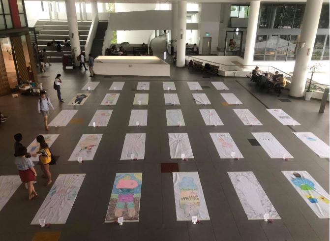 Trường đại học Singapore cho sinh viên giả vờ nằm đắp chiếu ra đi chân lạnh toát để trải nghiệm cái chết - Ảnh 3.