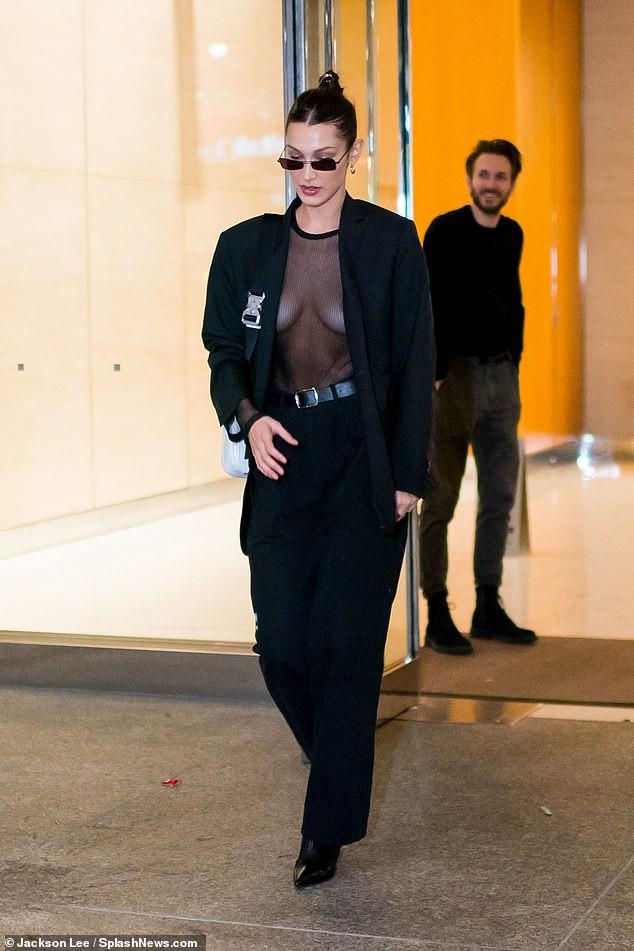 Bella Hadid mặc áo xuyên thấu thả rông vòng 1 đầy táo bạo trên phố - Ảnh 1.