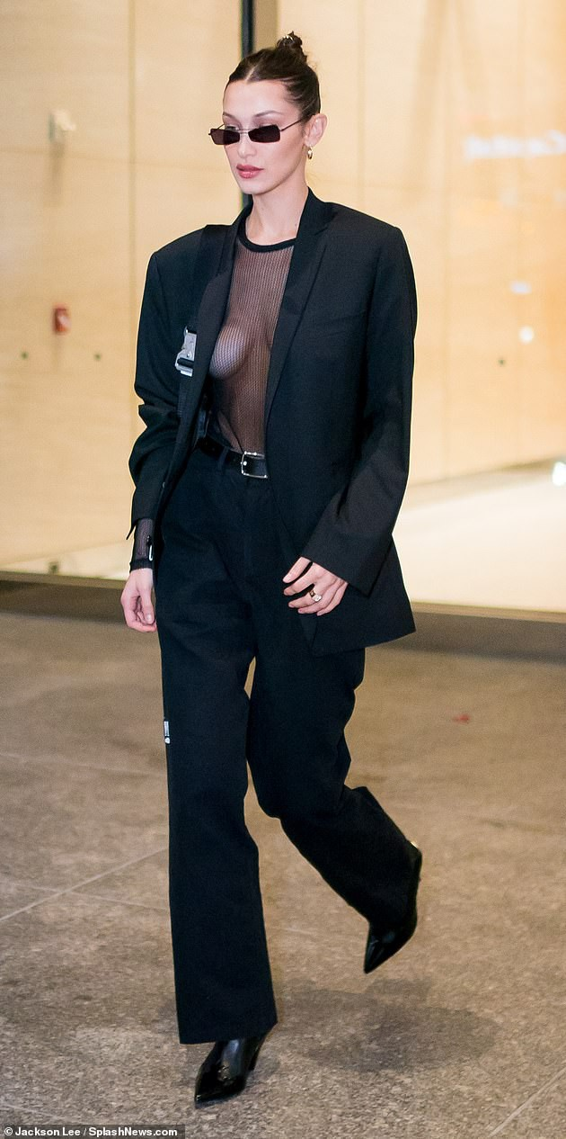 Bella Hadid mặc áo xuyên thấu thả rông vòng 1 đầy táo bạo trên phố - Ảnh 2.