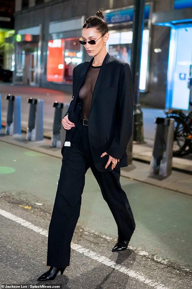 Bella Hadid mặc áo xuyên thấu thả rông vòng 1 đầy táo bạo trên phố - Ảnh 3.