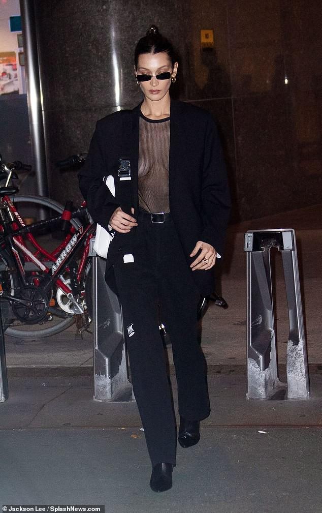 Bella Hadid mặc áo xuyên thấu thả rông vòng 1 đầy táo bạo trên phố - Ảnh 4.