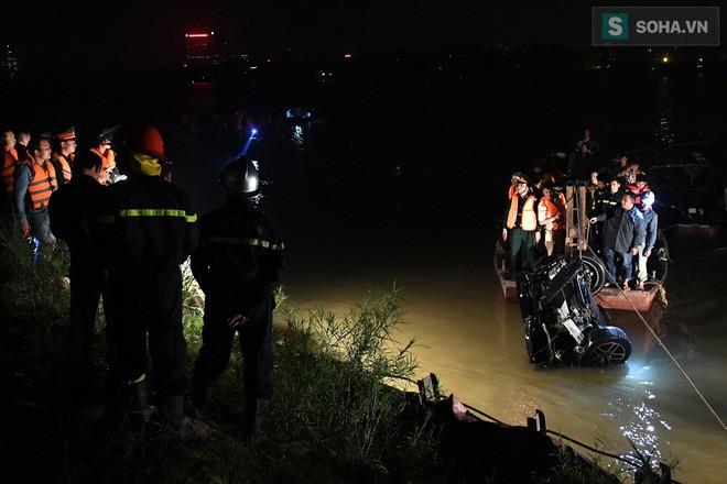 """Biểu hiện bất thường của chiếc xe Mercedes trước khi """"xé thủng"""" lan can cầu, lao xuống sông Hồng"""