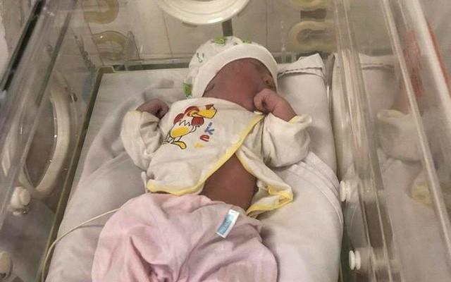 Phát hiện bé gái vừa chào đời bị bỏ trong túi nilon - Ảnh 1.
