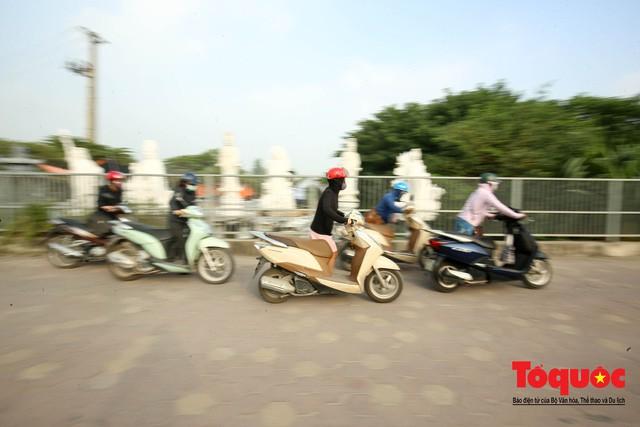 Né tắc đường, người dân Thủ đô không ngại tập thể dục buổi sáng bằng cách dắt xe máy hàng trăm mét - Ảnh 11.