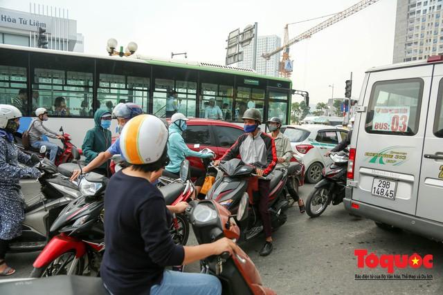 Né tắc đường, người dân Thủ đô không ngại tập thể dục buổi sáng bằng cách dắt xe máy hàng trăm mét - Ảnh 3.