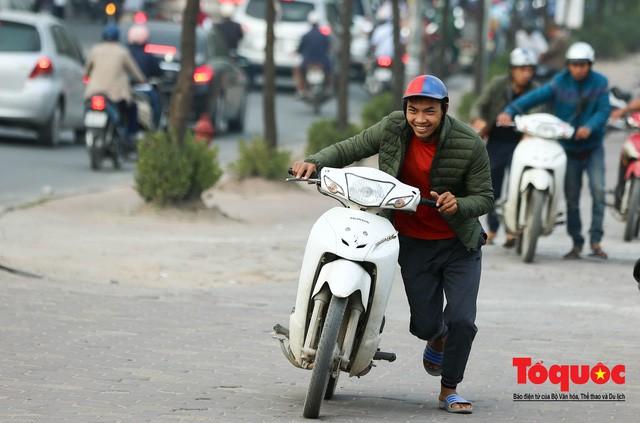 Né tắc đường, người dân Thủ đô không ngại tập thể dục buổi sáng bằng cách dắt xe máy hàng trăm mét - Ảnh 4.