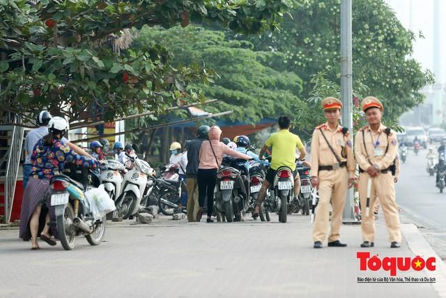 Né tắc đường, người dân Thủ đô không ngại tập thể dục buổi sáng bằng cách dắt xe máy hàng trăm mét - Ảnh 6.