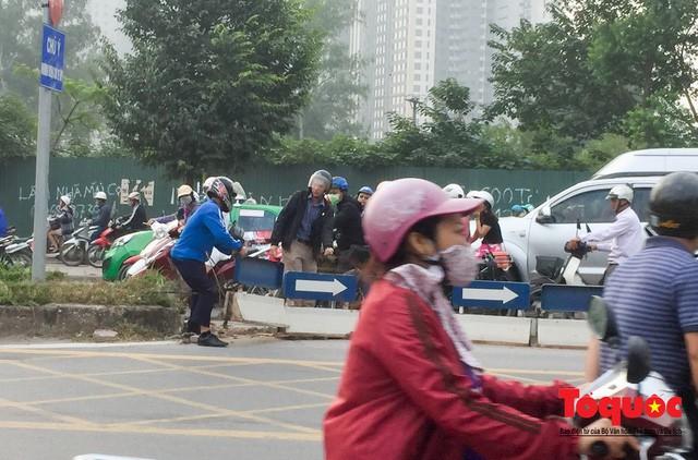 Né tắc đường, người dân Thủ đô không ngại tập thể dục buổi sáng bằng cách dắt xe máy hàng trăm mét - Ảnh 7.
