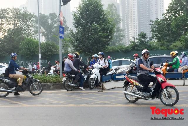 Né tắc đường, người dân Thủ đô không ngại tập thể dục buổi sáng bằng cách dắt xe máy hàng trăm mét - Ảnh 8.