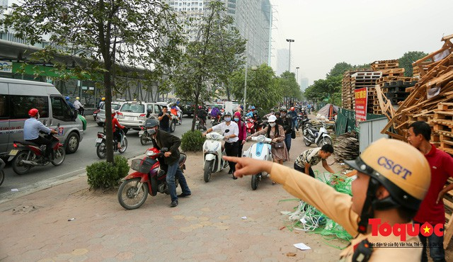 Né tắc đường, người dân Thủ đô không ngại tập thể dục buổi sáng bằng cách dắt xe máy hàng trăm mét - Ảnh 9.