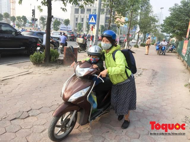 Né tắc đường, người dân Thủ đô không ngại tập thể dục buổi sáng bằng cách dắt xe máy hàng trăm mét - Ảnh 10.