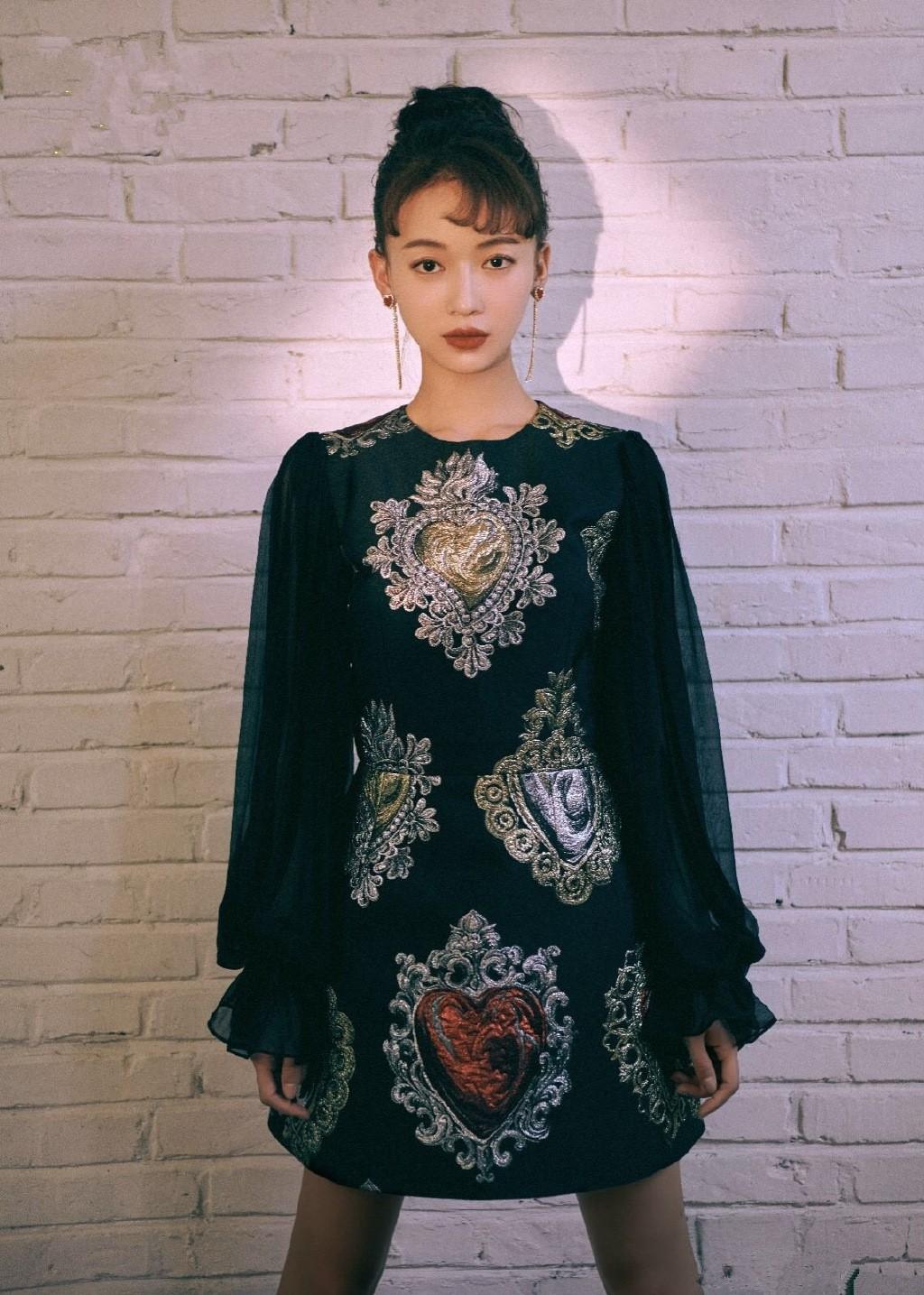 """Ham hố cắt váy cho sexy, Nayeon (Twice) vẫn không """"sang"""" bằng Địch Lệ Nhiệt Ba và Ngô Cẩn Ngôn? - Ảnh 7."""
