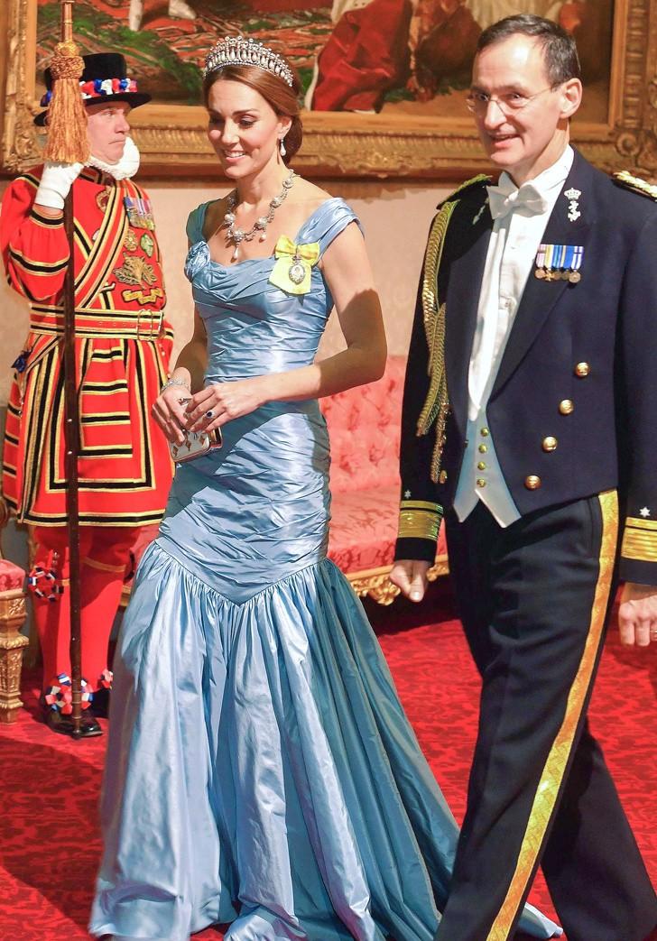 7 quy tắc ứng xử Hoàng gia mà công nương, công chúa nào cũng phải theo: Ngồi sao cho duyên, cầm clutch sao cho quý phái... - Ảnh 4.