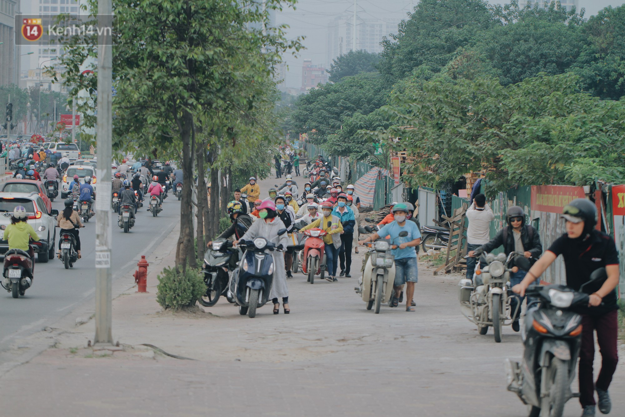 Hàng trăm người dắt xe máy ngược chiều trên vỉa hè: Dù biết là sai và đẩy như vậy mệt lắm nhưng cực chẳng đã... - Ảnh 4.