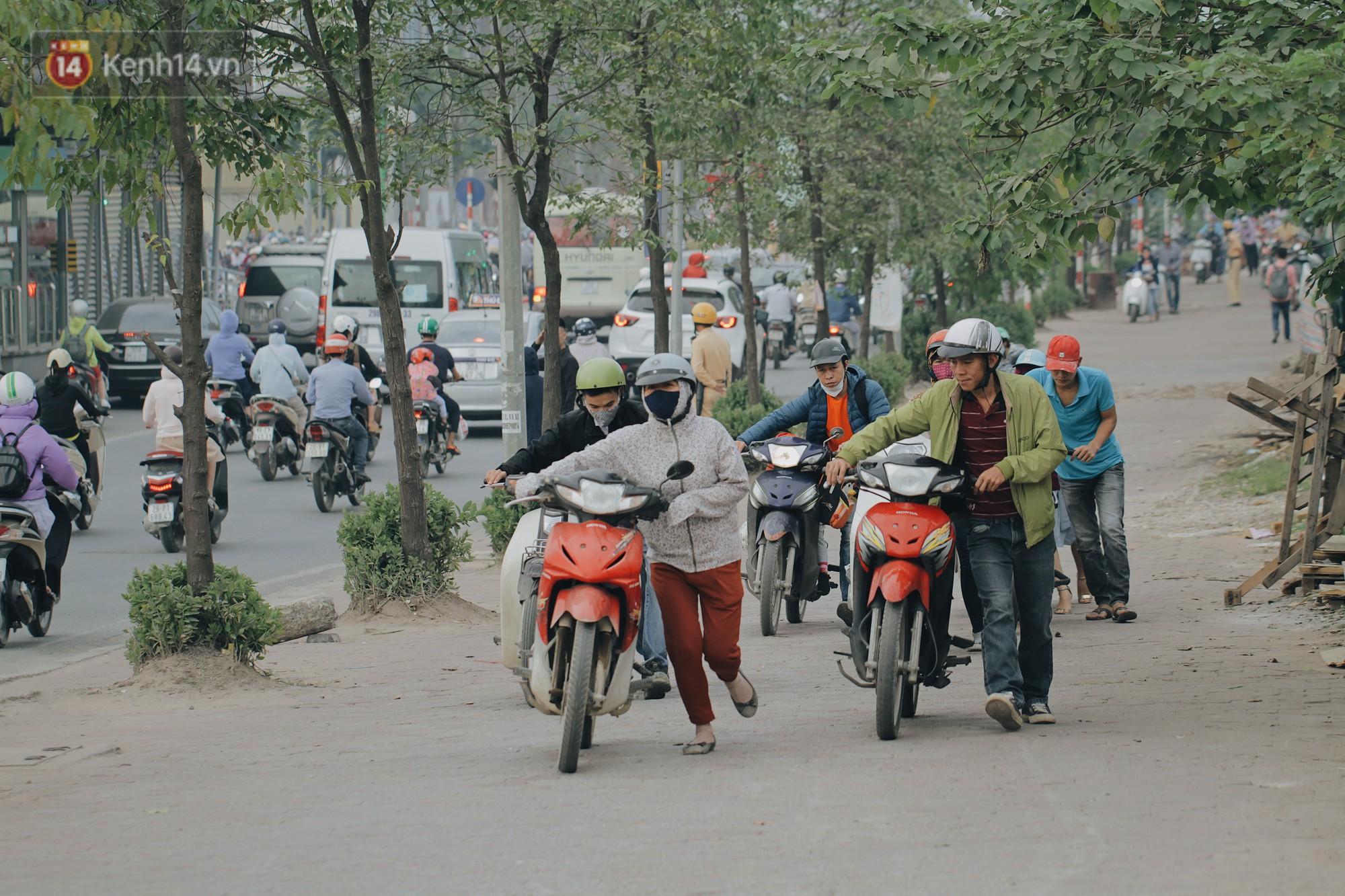 Hàng trăm người dắt xe máy ngược chiều trên vỉa hè: Dù biết là sai và đẩy như vậy mệt lắm nhưng cực chẳng đã... - Ảnh 6.