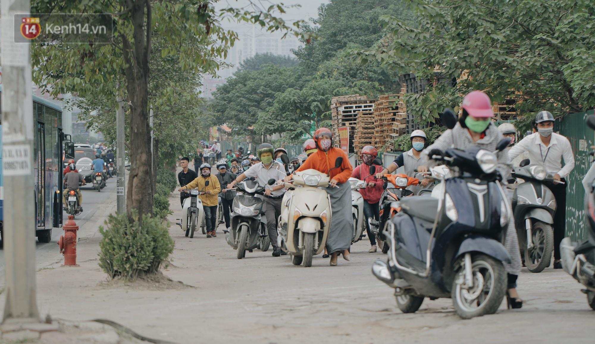 Hàng trăm người dắt xe máy ngược chiều trên vỉa hè: Dù biết là sai và đẩy như vậy mệt lắm nhưng cực chẳng đã... - Ảnh 3.