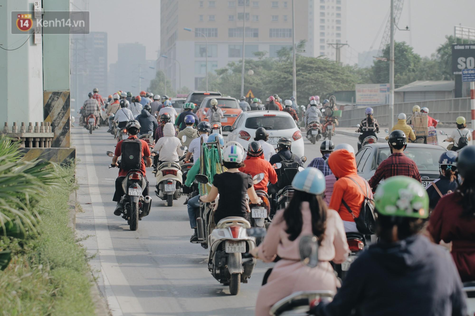 Hàng trăm người dắt xe máy ngược chiều trên vỉa hè: Dù biết là sai và đẩy như vậy mệt lắm nhưng cực chẳng đã... - Ảnh 2.