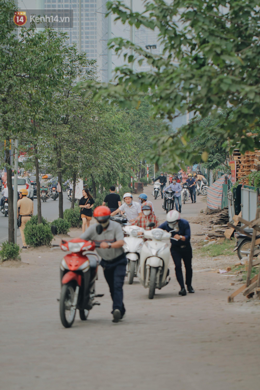 Hàng trăm người dắt xe máy ngược chiều trên vỉa hè: Dù biết là sai và đẩy như vậy mệt lắm nhưng cực chẳng đã... - Ảnh 7.