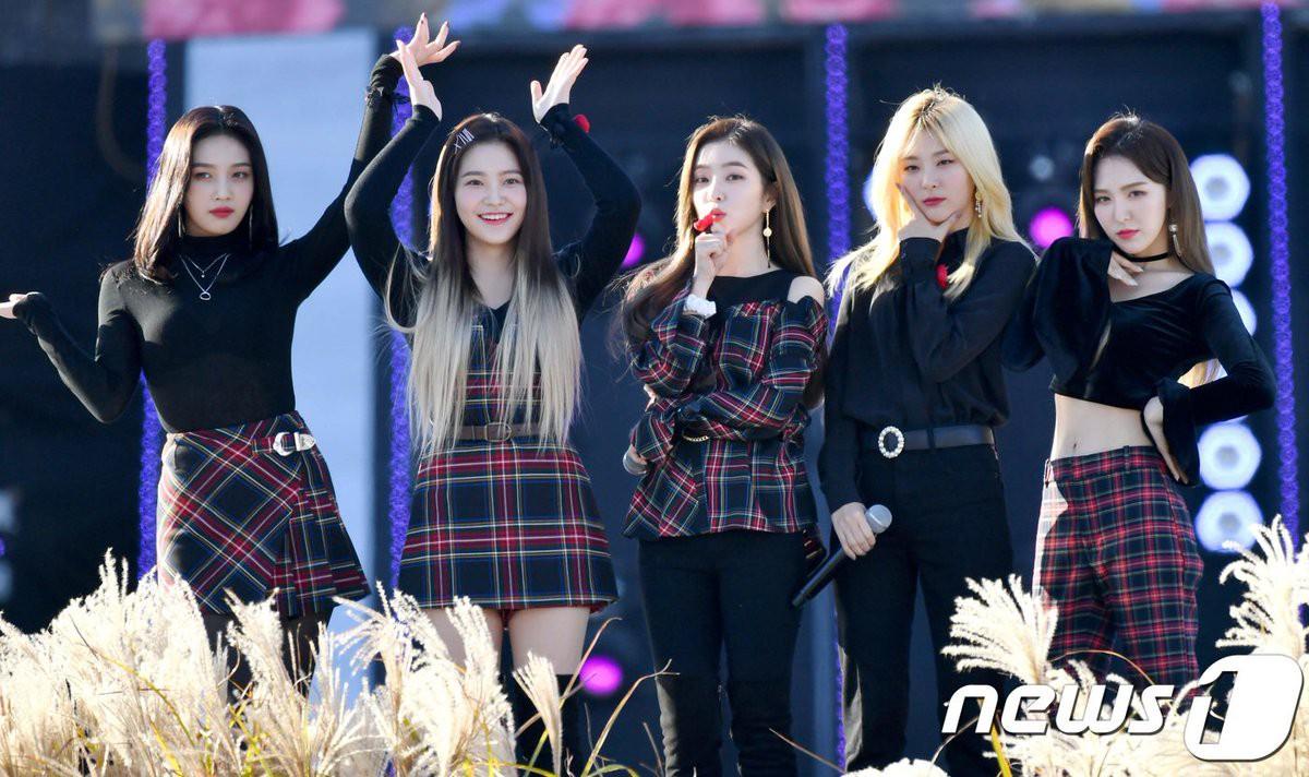 """Để Joy mặc áo xuyên thấu lộ nội y, stylist của Red Velvet lại ăn """"gạch đá"""" từ fan - Ảnh 1."""