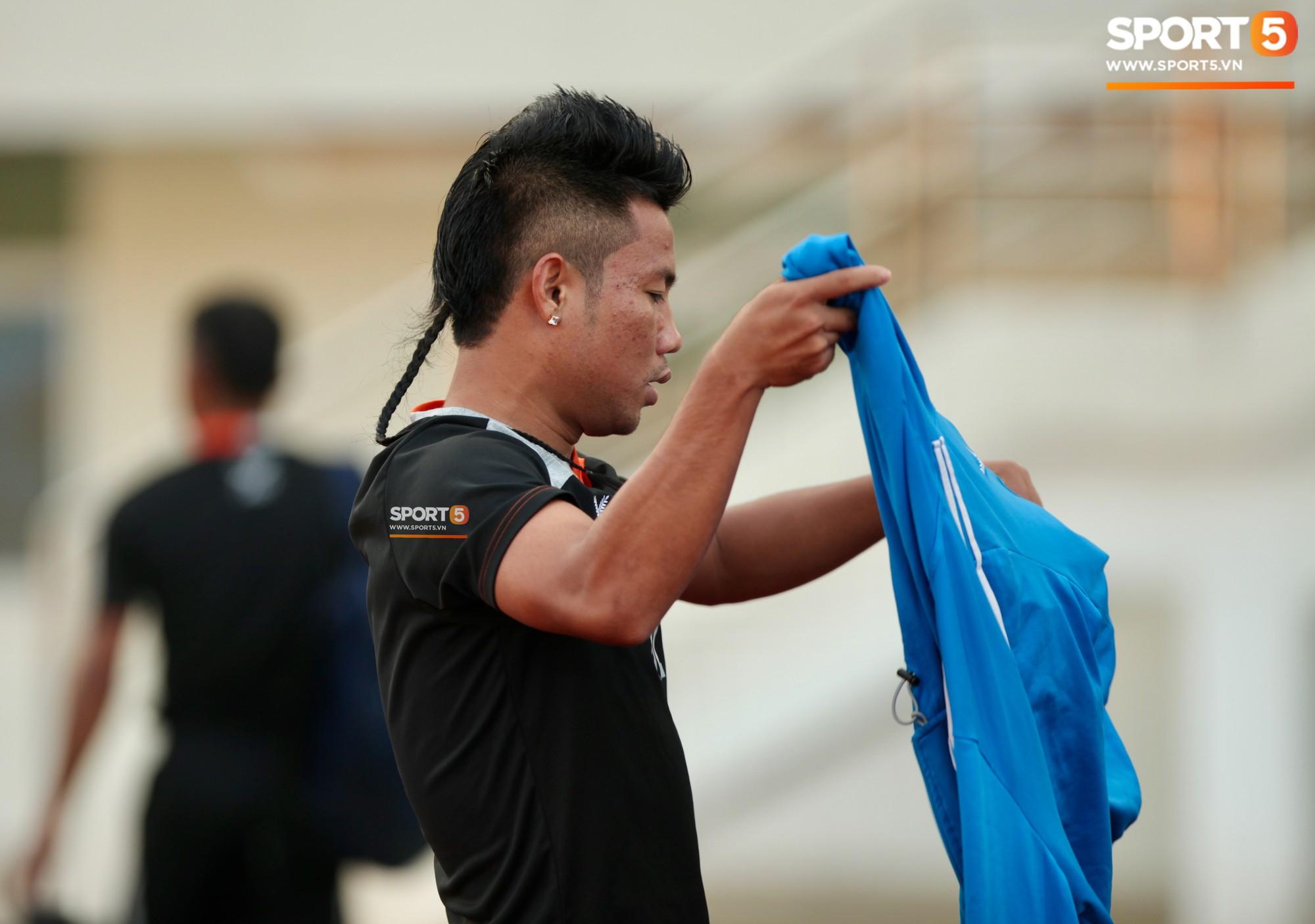 """Đội tuyển Lào: """"Chơi"""" kiểu tóc dị, đi dép lê, lái xe máy tới sân tập - Ảnh 10."""