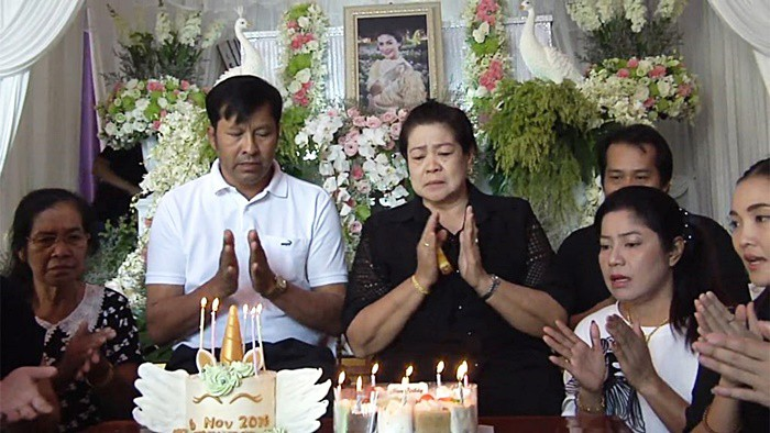 4 ngày sau tang lễ, gia đình nuốt nước mắt tổ chức sinh nhật cho Á hậu Thái tử nạn cùng chủ tịch Leicester - Ảnh 1.