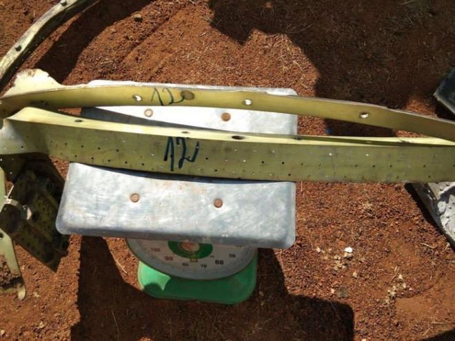 Nhiều mảnh vỡ kim loại bất ngờ rơi xuống ngôi làng ở Campuchia, người dân tá hỏa cho rằng chúng là tàu của người ngoài hành tinh - Ảnh 2.