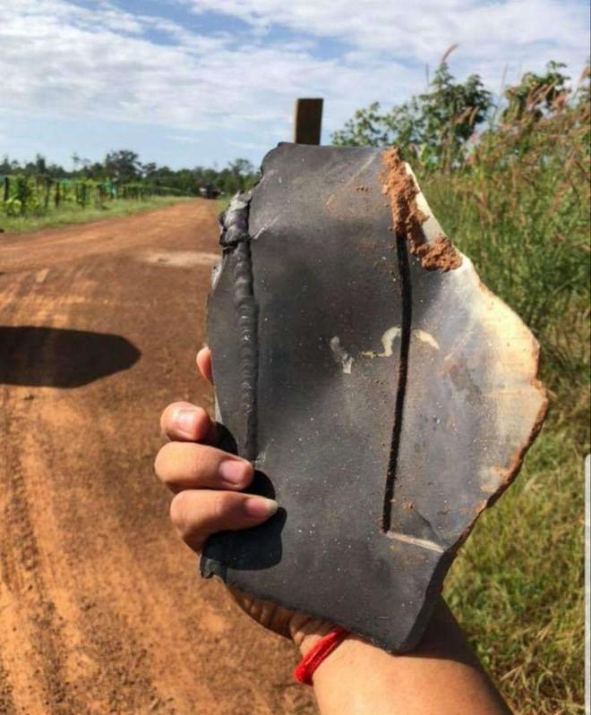 Nhiều mảnh vỡ kim loại bất ngờ rơi xuống ngôi làng ở Campuchia, người dân tá hỏa cho rằng chúng là tàu của người ngoài hành tinh - Ảnh 5.