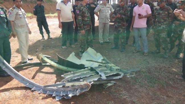 Nhiều mảnh vỡ kim loại bất ngờ rơi xuống ngôi làng ở Campuchia, người dân tá hỏa cho rằng chúng là tàu của người ngoài hành tinh - Ảnh 1.