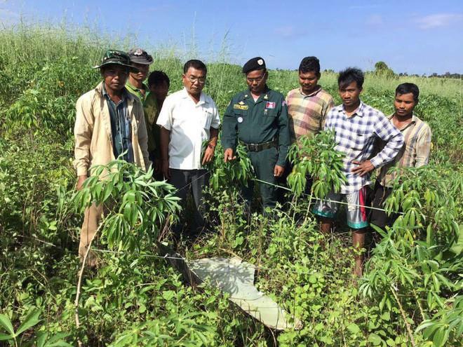 Nhiều mảnh vỡ kim loại bất ngờ rơi xuống ngôi làng ở Campuchia, người dân tá hỏa cho rằng chúng là tàu của người ngoài hành tinh - Ảnh 4.