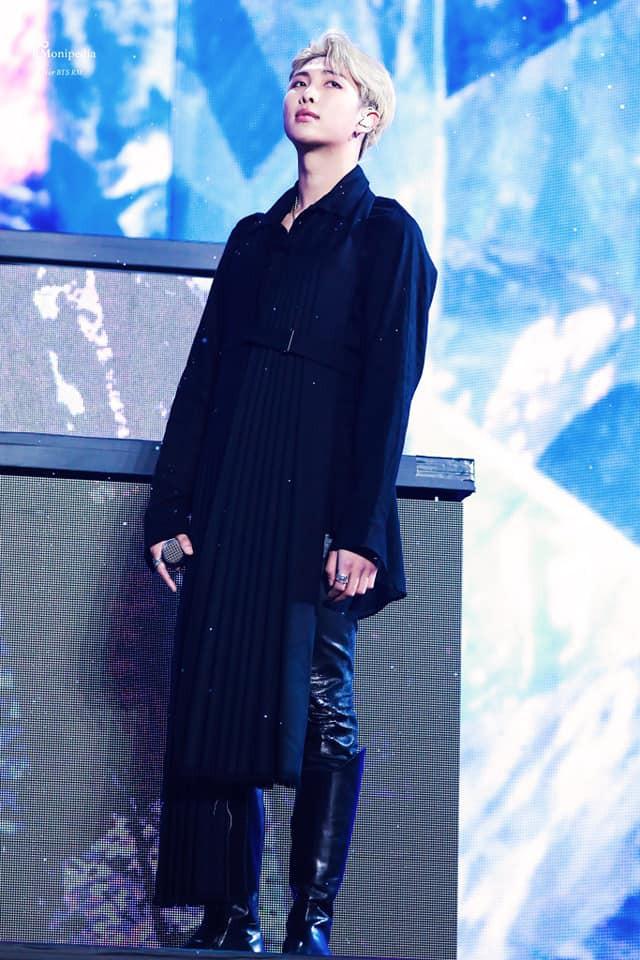Lại một câu hỏi nhỏ: RM (BTS) đang mặc váy công chúa hay áo choàng hoàng tử? - Ảnh 2.