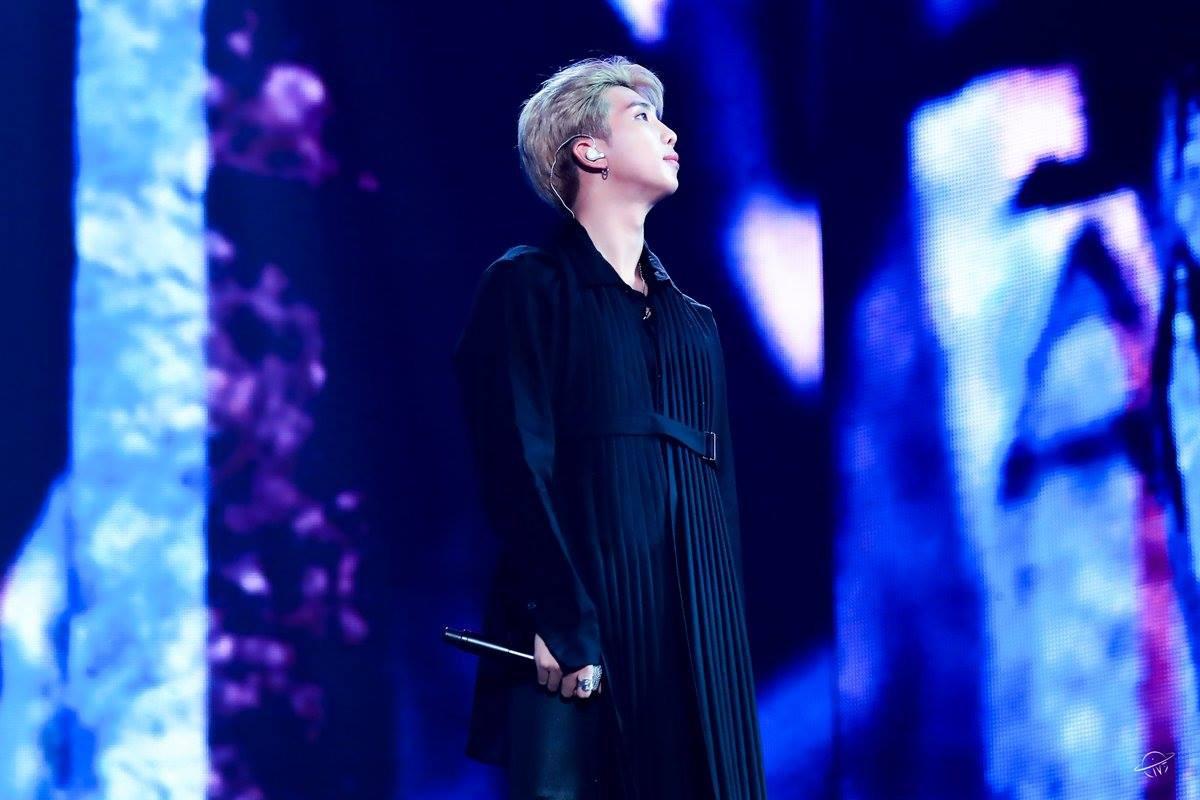 Lại một câu hỏi nhỏ: RM (BTS) đang mặc váy công chúa hay áo choàng hoàng tử? - Ảnh 1.