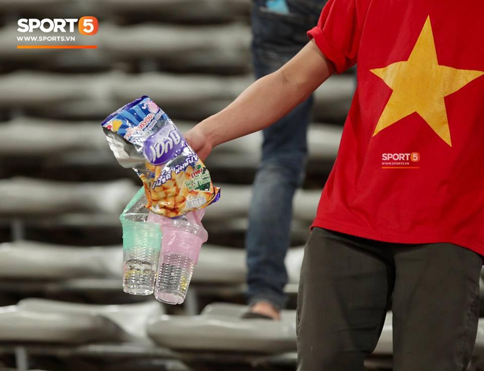 Không cần pháo sáng, fan Việt Nam vẫn tỏa sáng trên đất Lào với hành động ý nghĩa này - Ảnh 4.