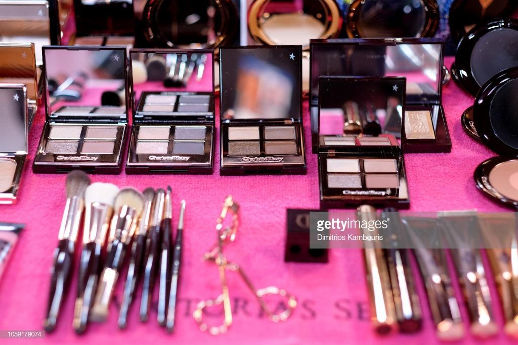 Hậu trường Victoria's Secret Show 2018: Không diện áo choàng hồng như mọi năm, dàn mẫu diện áo đen siêu quyến rũ - Ảnh 11.
