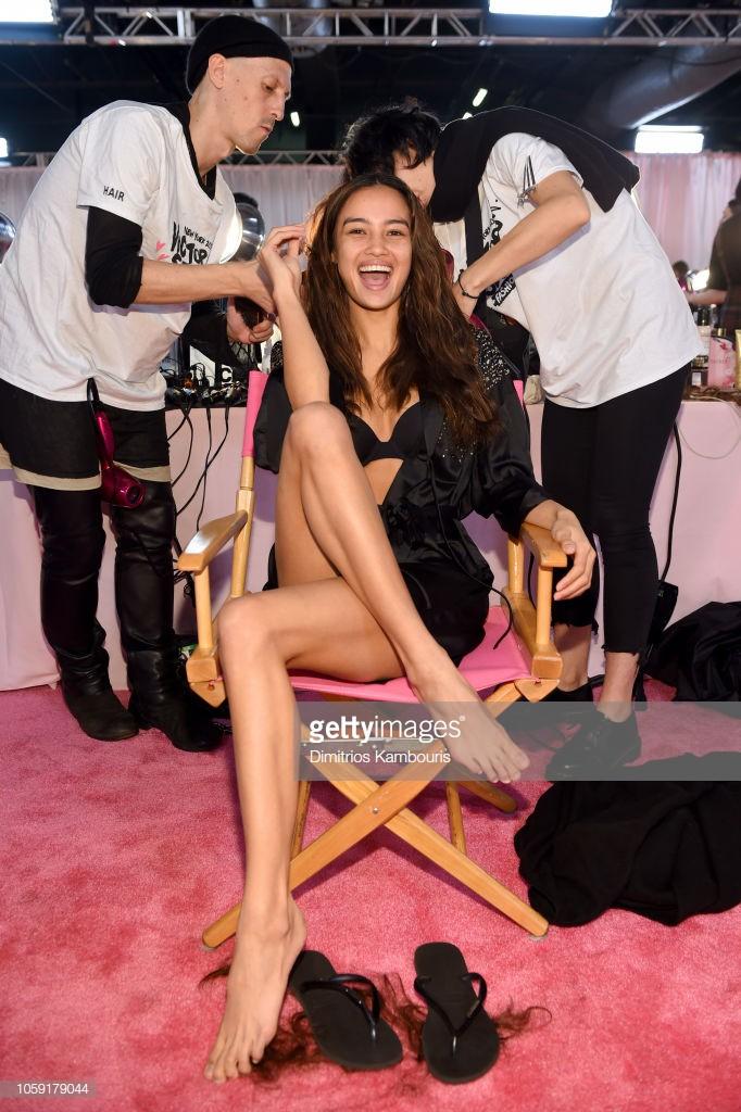 Hậu trường Victoria's Secret Show 2018: Không diện áo choàng hồng như mọi năm, dàn mẫu diện áo đen siêu quyến rũ - Ảnh 9.