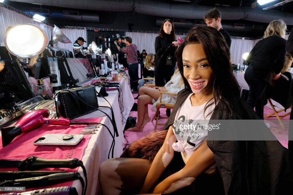 Hậu trường Victoria's Secret Show 2018: Không diện áo choàng hồng như mọi năm, dàn mẫu diện áo đen siêu quyến rũ - Ảnh 10.
