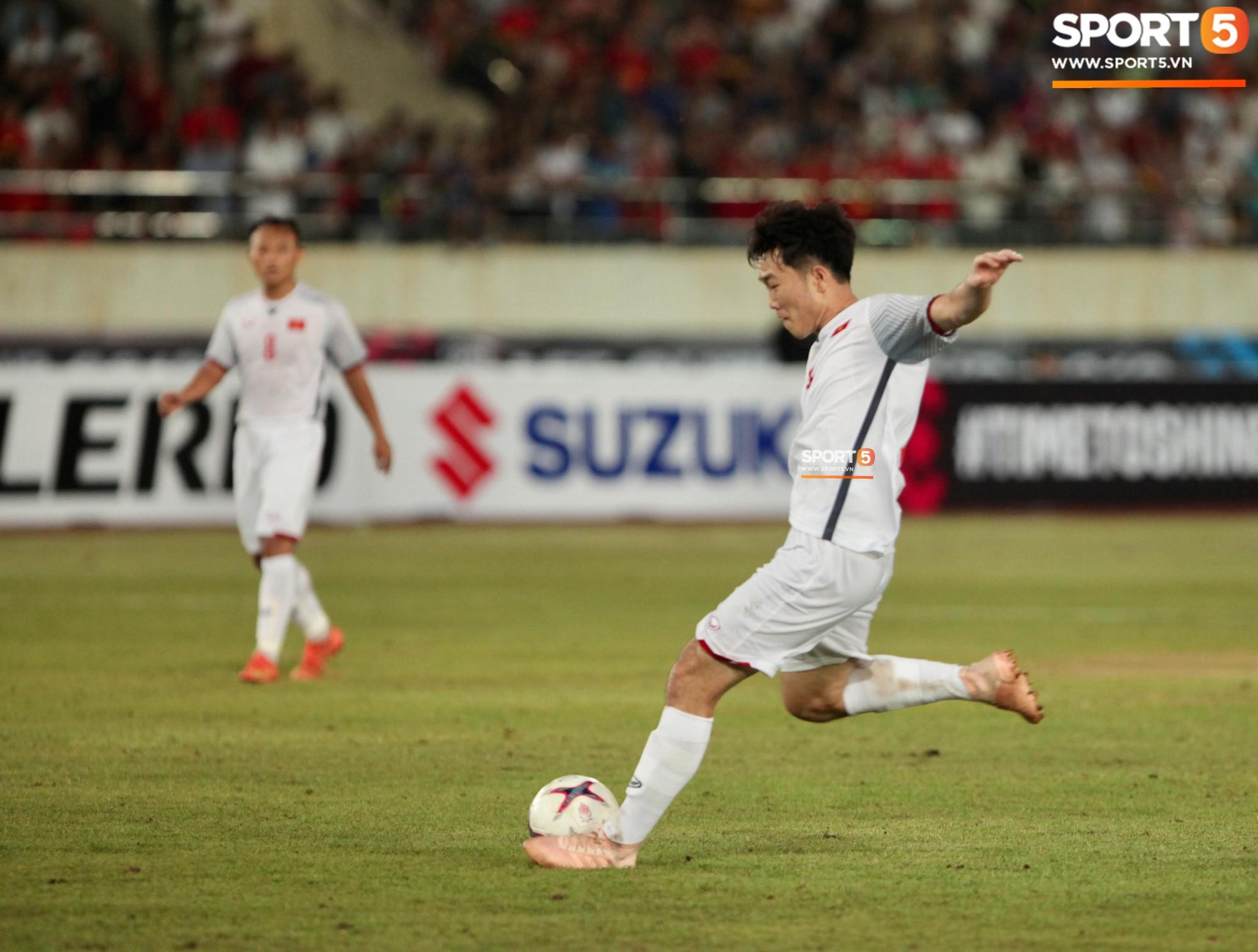 Đoàn Văn Hậu dùng tay chơi bóng, nhận thẻ vàng tại AFF CUP 2018 - Ảnh 10.