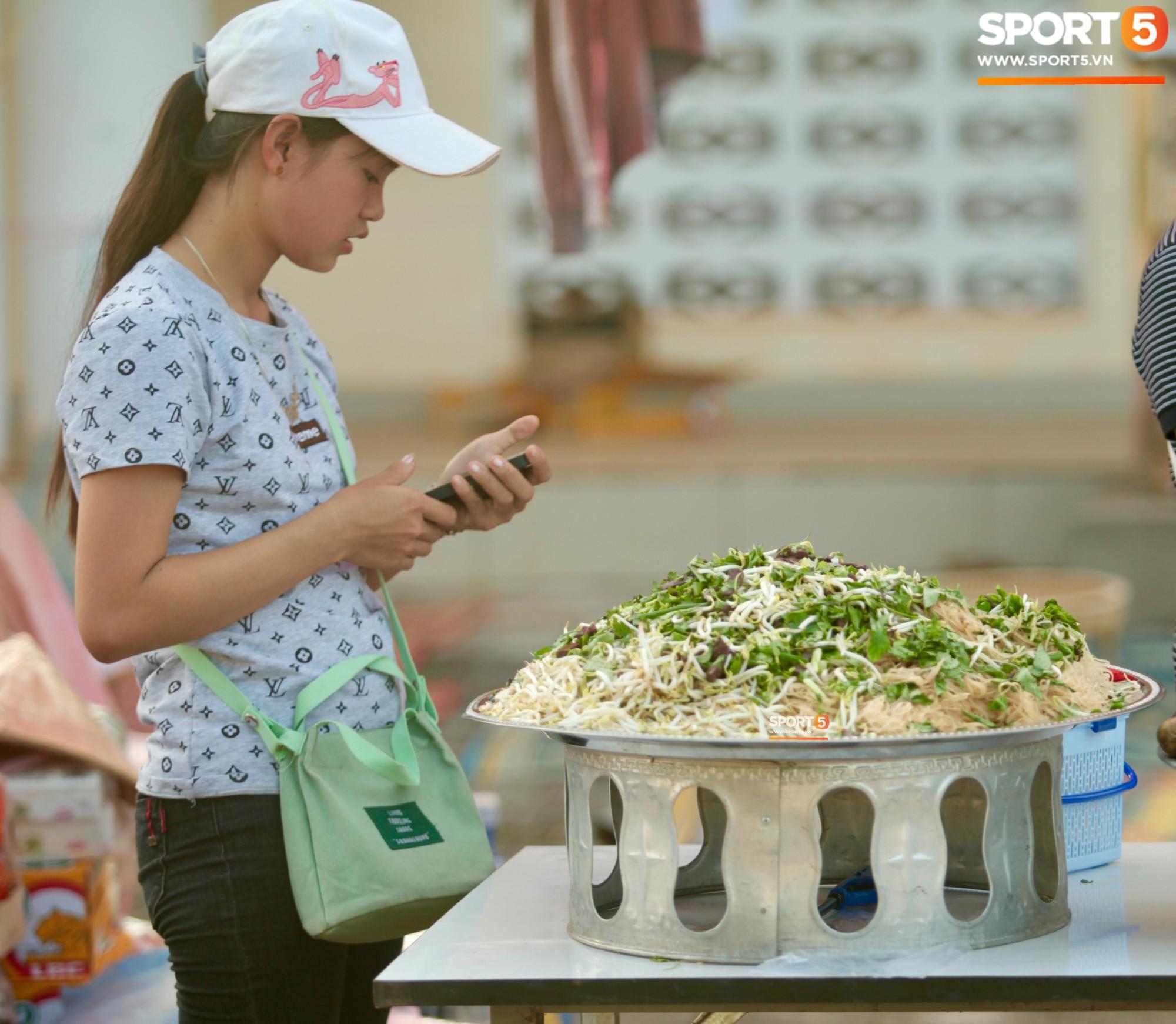CĐV Việt Nam được chiêu đãi thịt xiên nướng, miến trộn trước thềm AFF Cup 2018 - Ảnh 2.
