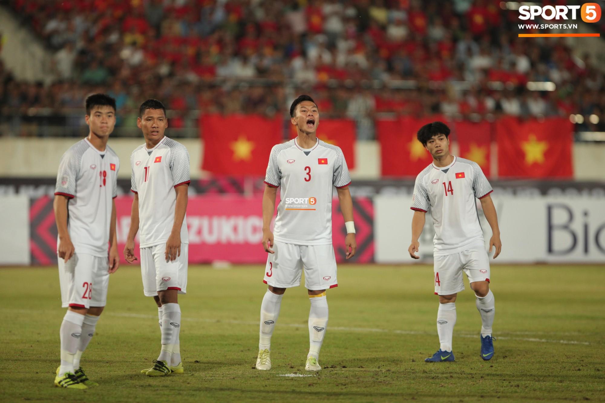 Đoàn Văn Hậu dùng tay chơi bóng, nhận thẻ vàng tại AFF CUP 2018- Ảnh 2.