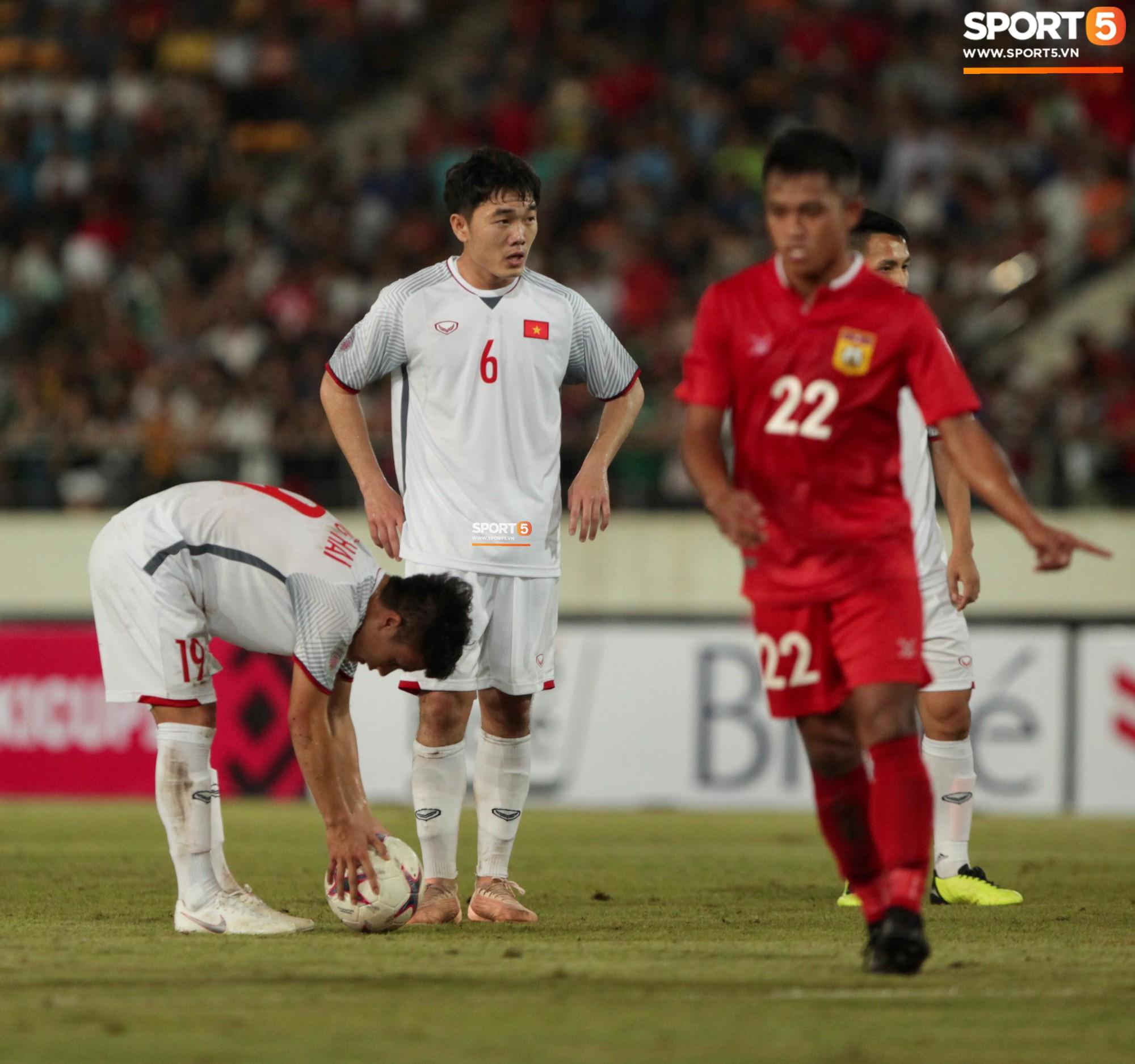 Đoàn Văn Hậu dùng tay chơi bóng, nhận thẻ vàng tại AFF CUP 2018 - Ảnh 11.