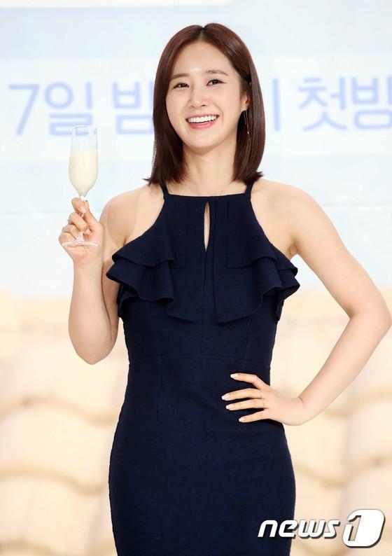 Yuri (SNSD) nổi bần bật với body quá nuột, nhưng ai ngờ lại bị Hoa hậu hơn 9 tuổi lấn át trong một khung hình - Ảnh 2.