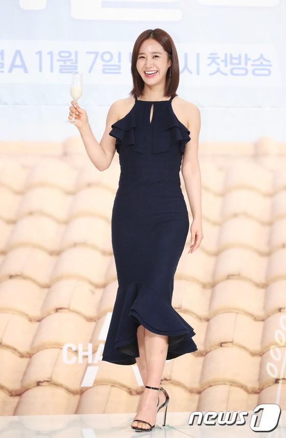 Yuri (SNSD) nổi bần bật với body quá nuột, nhưng ai ngờ lại bị Hoa hậu hơn 9 tuổi lấn át trong một khung hình - Ảnh 1.