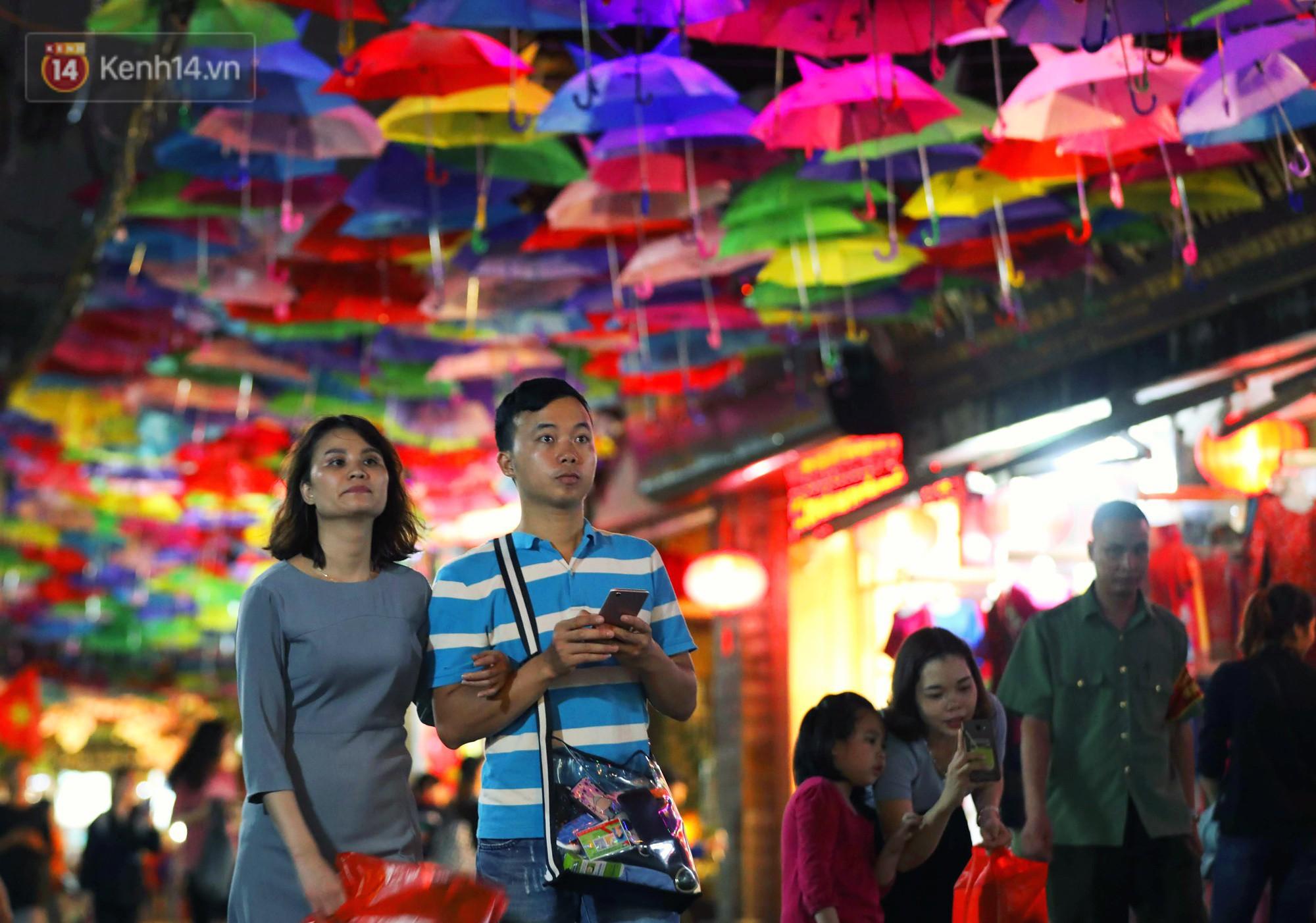 Hà Nội xuất hiện con đường ô lãng mạn như ở Bồ Đào Nha, người dân ùn ùn kéo đến chụp ảnh - Ảnh 9.