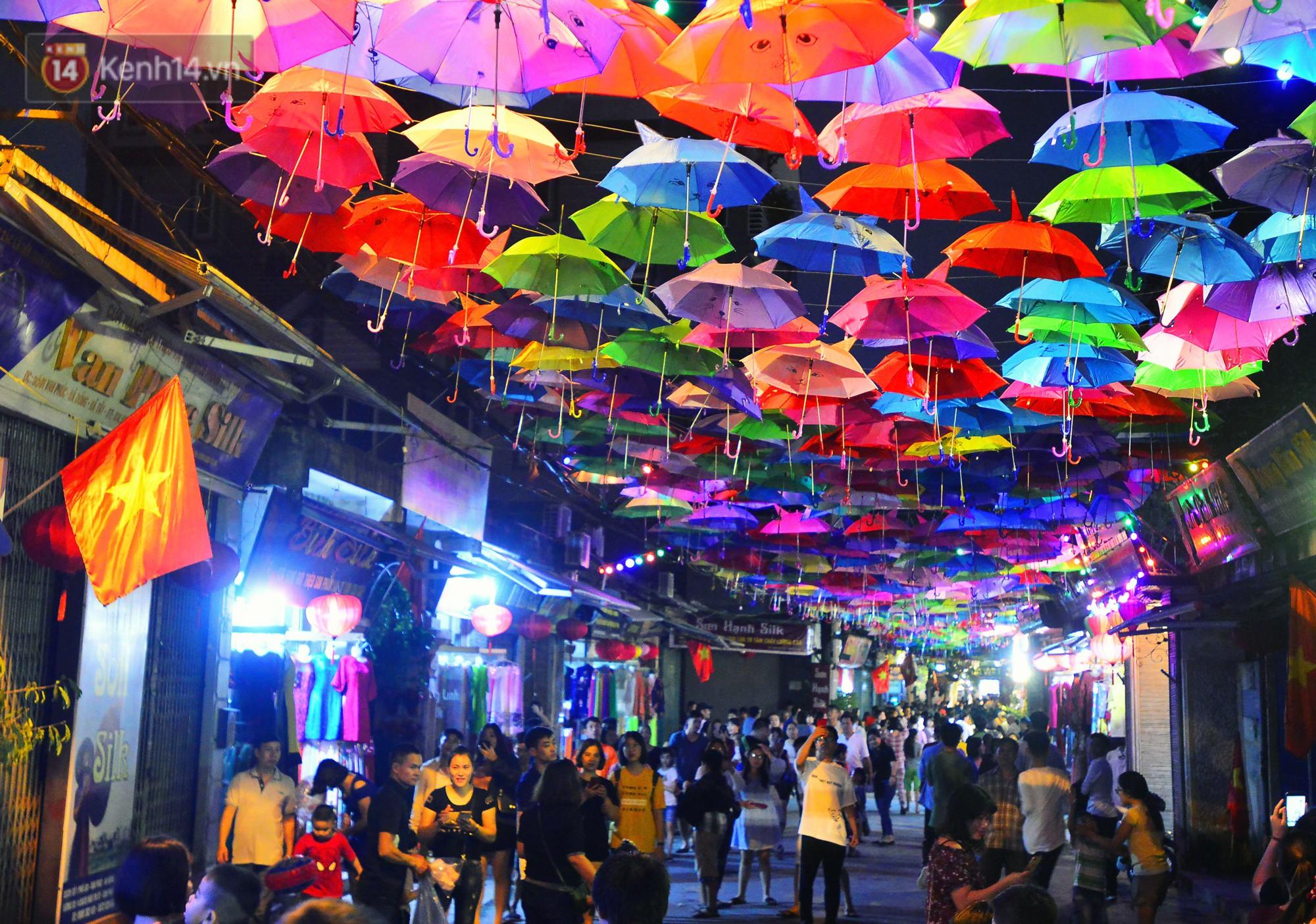Hà Nội xuất hiện con đường ô lãng mạn như ở Bồ Đào Nha, người dân ùn ùn kéo đến chụp ảnh - Ảnh 11.