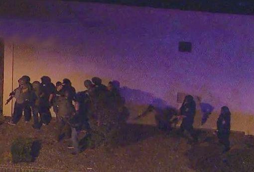 Vụ xả súng kinh hoàng tại California: Ít nhất 12 người đã thiệt mạng, trong đó có một trung sĩ cảnh sát - Ảnh 4.