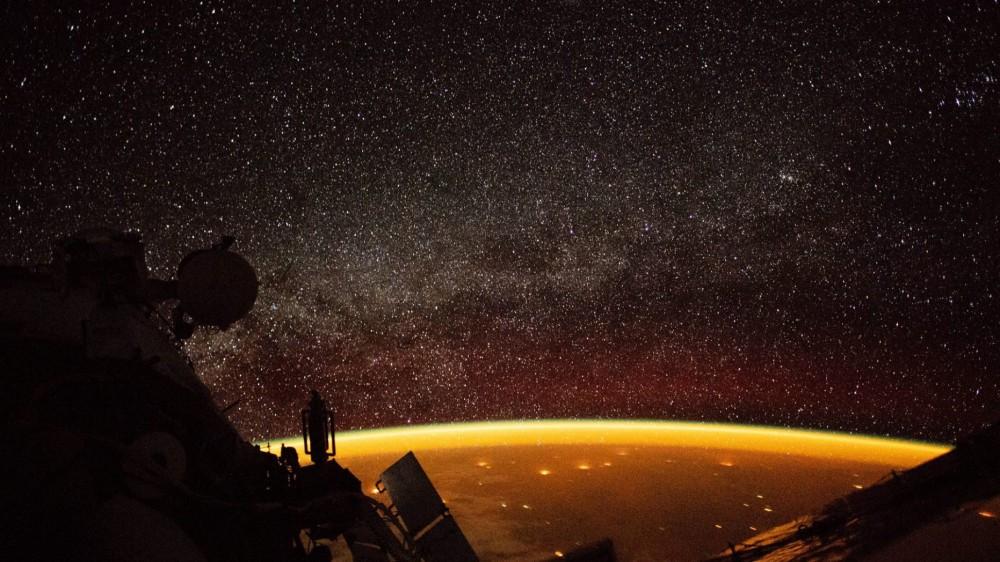 Quầng sáng màu cam bí ẩn bao quanh Trái đất - Ảnh 1.