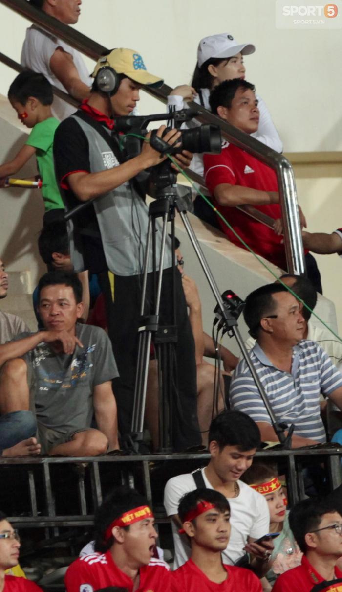 Lào vs Việt Nam AFF CUP 2018: Khán giả ức chế tột độ vì cameraman - Ảnh 3.