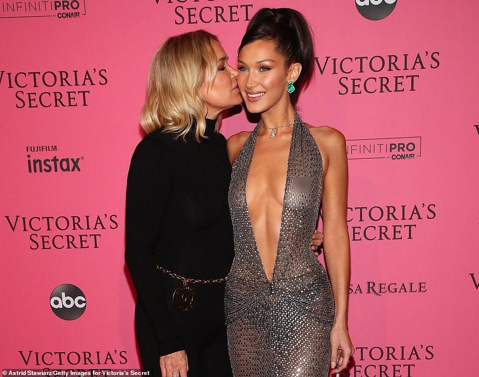 Thảm đỏ hậu show Victorias Secret: Dù không đẹp nhất, Bella Hadid vẫn nổi nhất dàn sao vì... lộ hết vòng 1 - Ảnh 1.