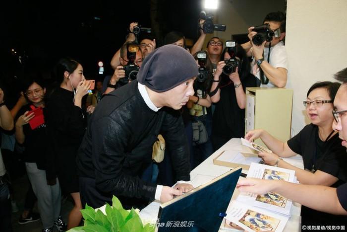 Lễ tưởng niệm Lam Khiết Anh: Trương Vệ Kiện buồn bã, chị gái lặng người trước di ảnh xinh đẹp của nữ diễn viên - Ảnh 1.