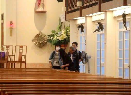 Lễ tưởng niệm Lam Khiết Anh: Trương Vệ Kiện buồn bã, chị gái lặng người trước di ảnh xinh đẹp của nữ diễn viên - Ảnh 13.